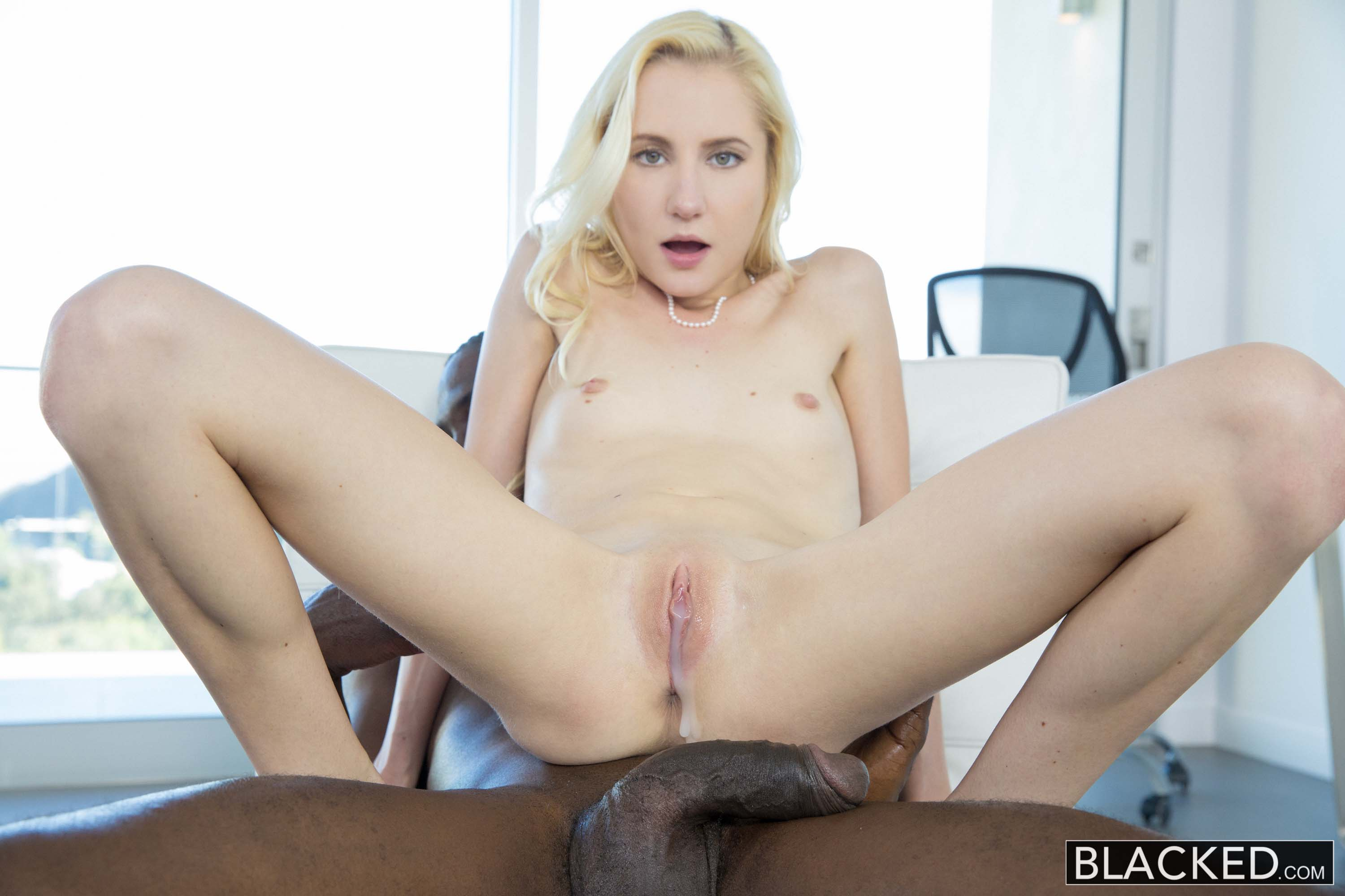 Amateur fills her once tight asshole with a giant dildo 7